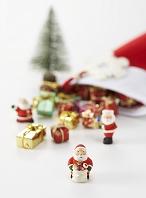 サンタクロースの人形とプレゼント