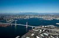 横浜港(横浜ベイブリッジ)と横浜市街地より富士山