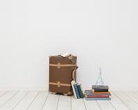 スーツケースと重ねた本