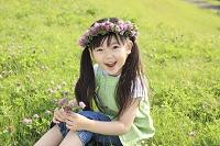 アカツメクサの花冠をかぶる日本人の女の子