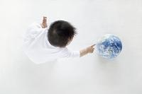地球を見つめる日本人の赤ちゃん