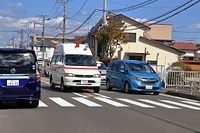 中央分離帯を走行する救急車