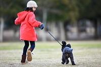 犬の散歩をする子供