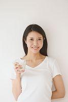 ミルクを持つ日本人女性