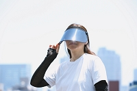 サンバイザーをかぶった日本人女性