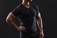 Tシャツ姿のボディビルダー