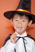 キャンディーを食べる日本人の男の子