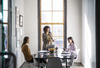 外国人ビジネス女性のミーティング