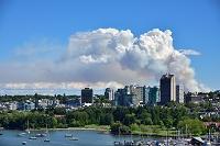 カナダ バンクーバー 爆発火災の白煙