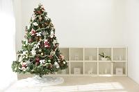 クリスマスツリーのある無人のリビング