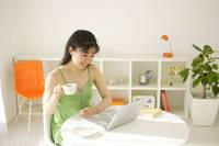 リビングでパソコンをする若い女性