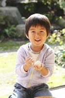 おにぎりをにぎる日本人の男の子
