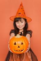 ハロウィンのカボチャを持つ女の子