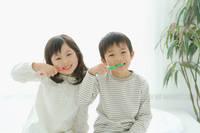 歯磨きをする日本人の子供