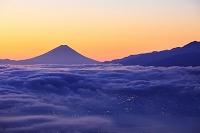 長野県 朝空けの富士山と雲海
