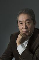 顎に手をやる日本人シニア男性