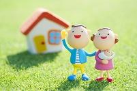 家と赤ちゃんを抱く夫婦のクラフト