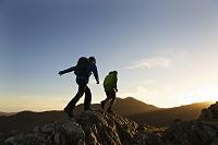 山の岩場をハイキングする男性