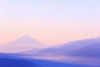 長野県 高ボッチ高原 朝の富士山と南アルプスの山並み