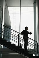 階段に佇むビジネスマン