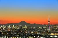千葉県 夕暮れの富士山と東京スカイツリー