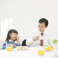 朝食をとりながら笑う親子