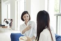 写真を撮る20代日本人女性