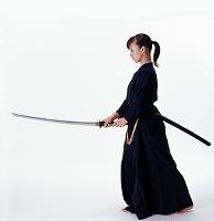 刀を持つ日本人女性