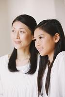 遠くを見つめる母親と娘