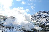 青空の下噴煙を続ける知床硫黄山