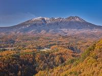 長野県 紅葉の御嶽山と噴煙