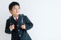 ランドセルを背負っている笑顔の男の子