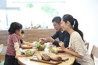 食事をする日本人家族