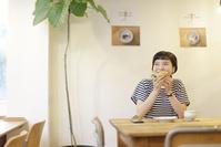 カフェを楽しむ日本人女性