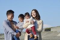子供を抱く日本人夫婦