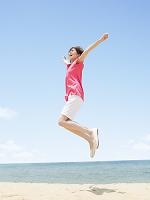 ジャンプする日本人の若者