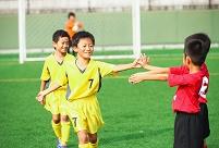 ハイタッチするサッカー少年