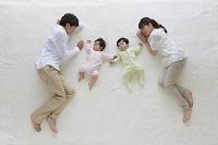 ブランケットの上で眠る日本人家族