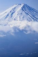 山梨県 富士河口湖町 三つ峠山より冬の富士山