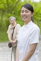笑顔の介護士とシニア女性