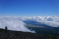 山梨県/静岡県 富士山8合目にて。登山者と雲海