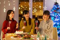クリスマスパーティーで談笑をする日本人女性