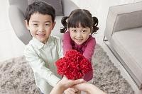 母の日に花を贈る子供