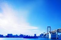 東京都 ビル群のシルエットとレインボーブリッジ