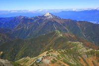 山梨県 北岳稜線より望む北岳肩ノ小屋と小太郎尾根と甲斐駒ヶ岳