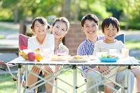 バーベキューをしている日本人家族