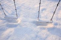 雪の積もったブランコ