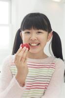 イチゴを食べる日本人の女の子