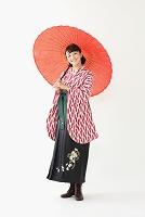 番傘をさす袴の日本人女性