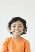 オレンジのTシャツを着た男の子